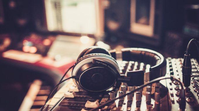 Le Nuove Frontiere Della Radio: Web Radio O Radio In Streaming